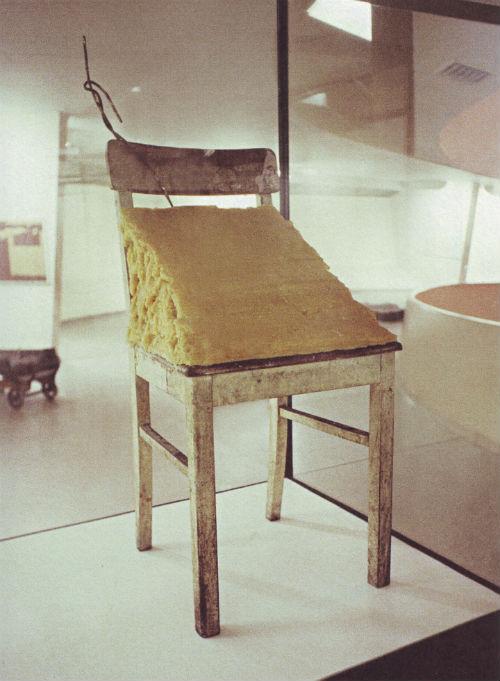 Joseph Beuys, Yağ Kaplı Sandalye, Enstalasyon